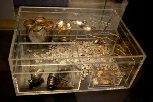Хоксненский клад — крупнейший клад серебра и золота эпохи поздней Римской империи, обнаруженный на территории Великобритании, и самая большая коллекция золотых и серебряных монет IV и V века, когда-либо обнаруженная в пределах бывшей Римской империи.