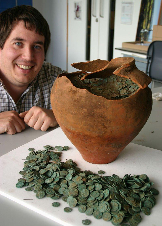 Питер Ривилл и глиняный горшок с монетами.