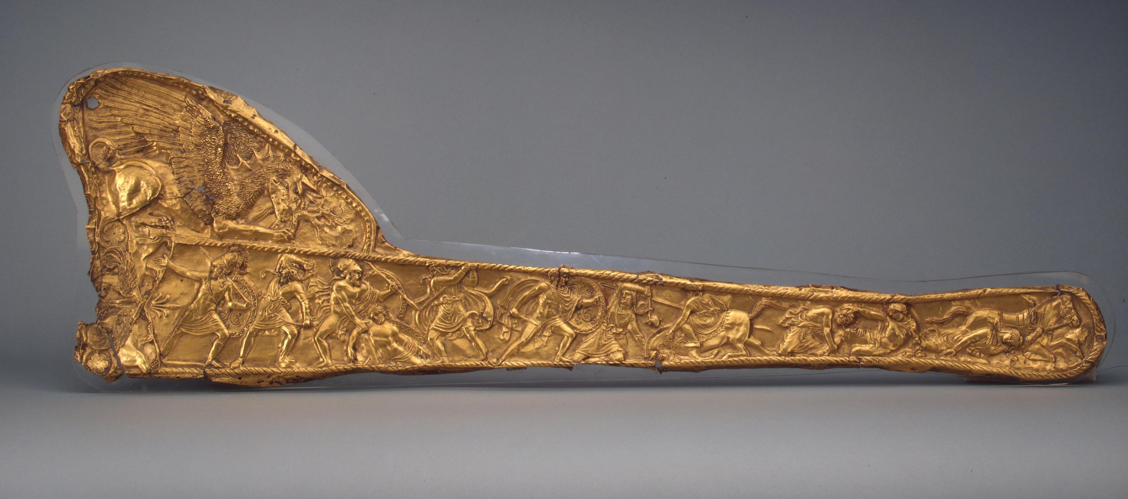 Меч в золотых ножнах, на которых изображена битва греков со скифами.
