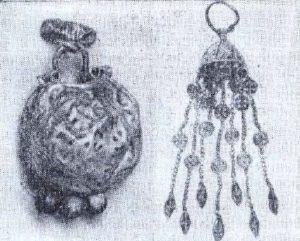 Колт с черненым изображением фантастического чудовища. Из клада 1970 года. (Слева). Серебряная подвеска. Из клада 1967 года. (Справа).